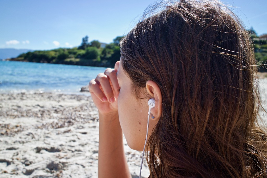 Jeune fille méditation plage
